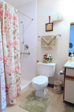 Maplewood of Mt. Pleasant: Private Guest Bathroom